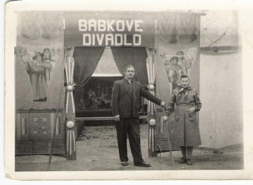 Sajka so ženou pred divadlom