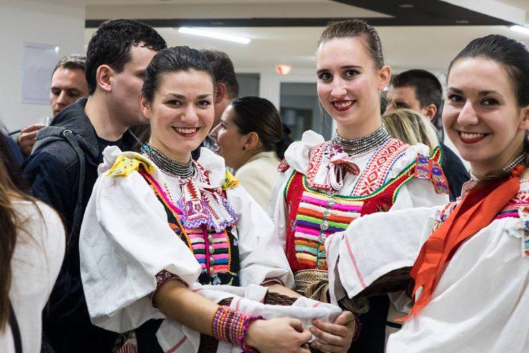 Počas celého festivalu sa tradične podával chlieb so soľou; zdroj www.cultus.sk