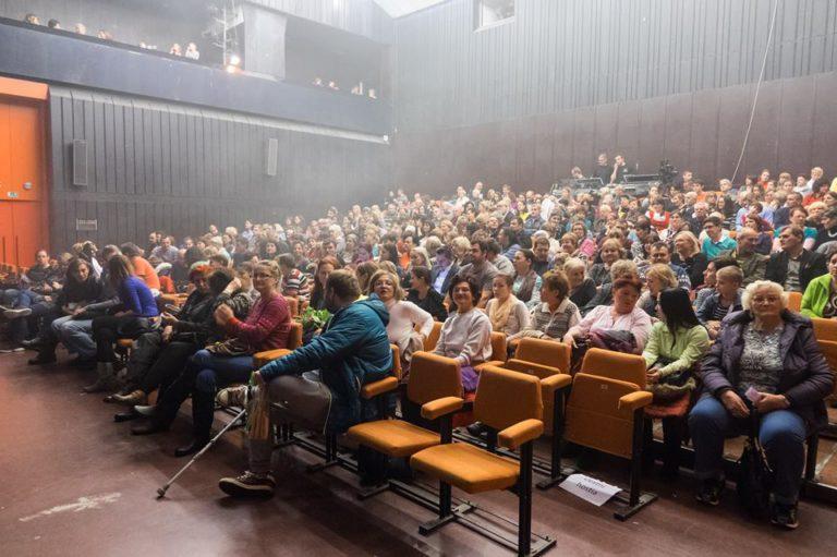 Plná sála divákov na vystúpení umeleckej skupiny Čarovné ostrohy; zdroj www.cultus.sk