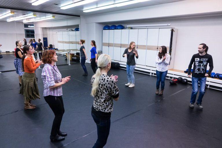Na workshope ľudových tancov ste sa mohli naučiť základy tanečných krokov z našich regiónov; zdroj www.cultus.sk